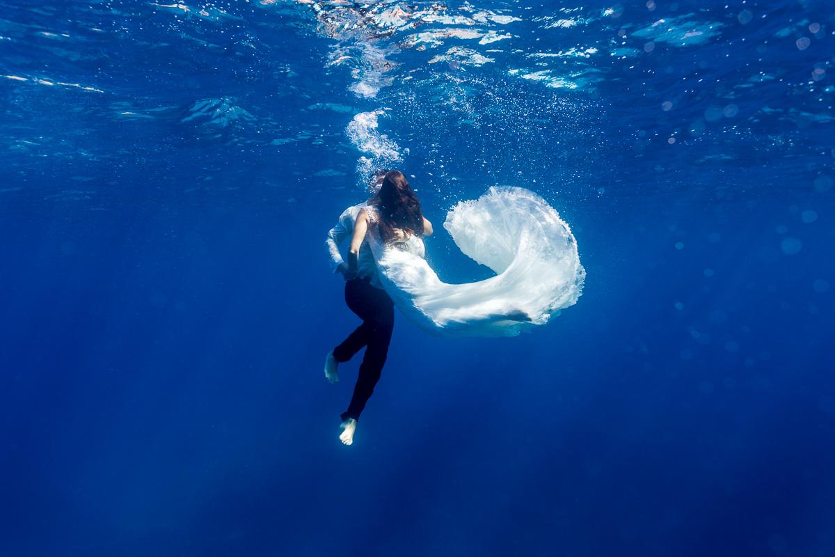 Pareja de novios bajo el agua