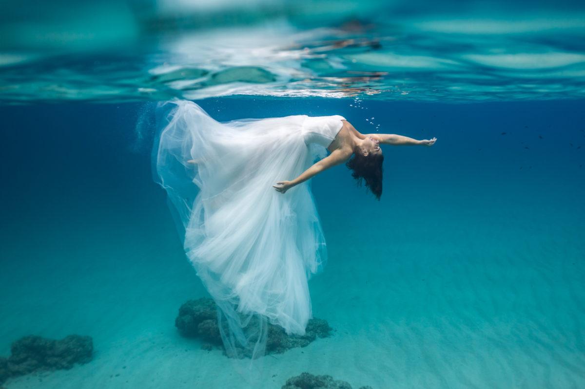 Fotografía de postboda bajo el agua en Mallorca