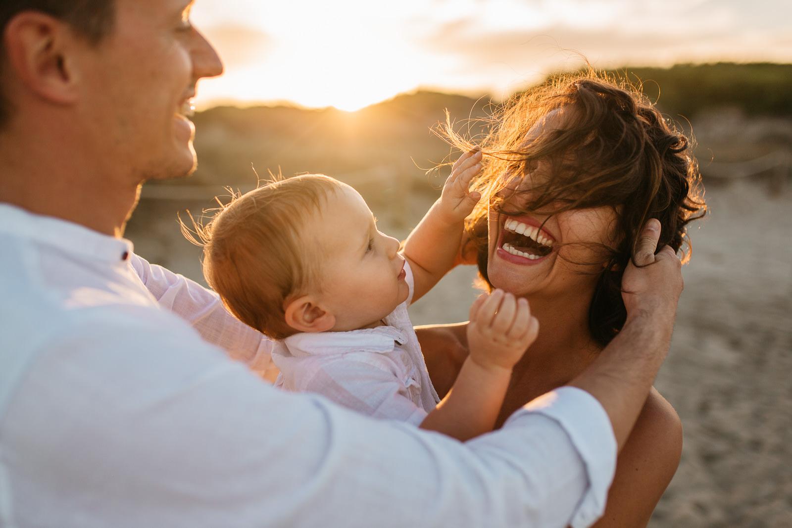 Fotos de familia en Mallorca con bebés en la playa